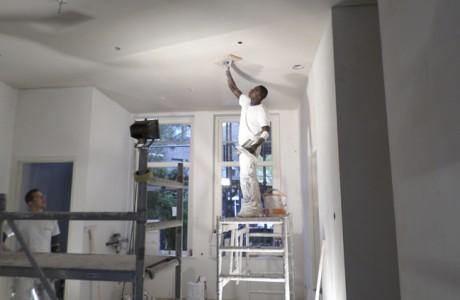 Sausklaar is een wand- en/of plafondafwerking waarbij de muren en plafonds spiegelglad worden opgeleverd. Daarna kan het sausen plaatsvinden in elke gewenste kleur.